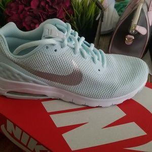 Nike Shoes - Nike Air Max Motion SE 8.5 Womens